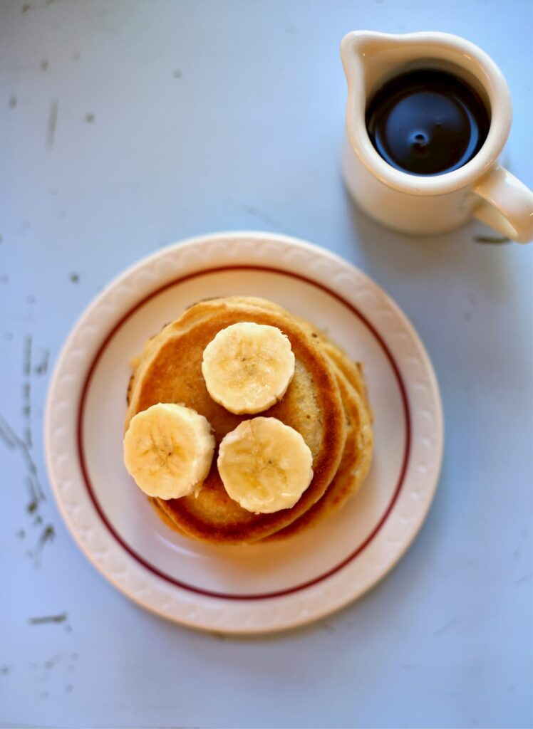 pancakes with bananas and syrup